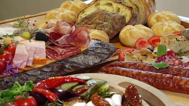 Cum au ajuns româncele să comande la restaurant mâncarea pentru masa de Crăciun - Imaginea 3