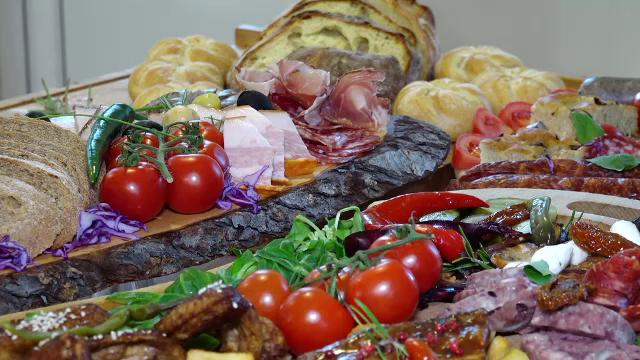 Cum au ajuns româncele să comande la restaurant mâncarea pentru masa de Crăciun - Imaginea 6