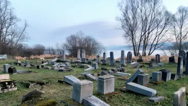 """Peste 50 de morminte dintr-un cimitir evreiesc au fost distruse. """"Este un act barbar"""" - Imaginea 1"""