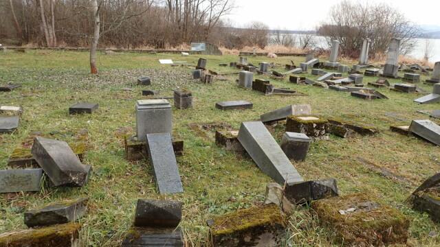 """Peste 50 de morminte dintr-un cimitir evreiesc au fost distruse. """"Este un act barbar"""" - Imaginea 2"""