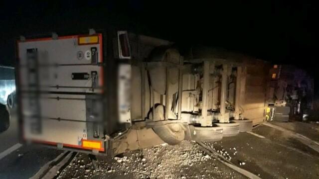 Un TIR plin cu iaurt s-a răsturnat pe autostrada A1. În ce stare se află șoferul