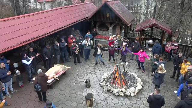 Pomana porcului, în stațiunile de la munte. Cum se distrează românii în ajunul Crăciunului