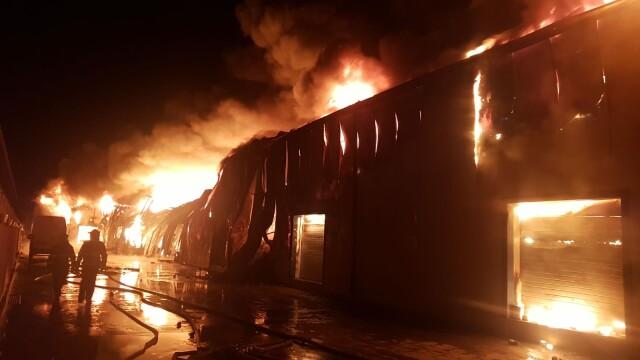 Incendiu de proporții la un depozit, lângă București. 25 de autospeciale au intervenit - Imaginea 1