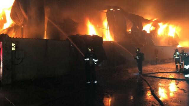 Incendiu de proporții la un depozit, lângă București. 25 de autospeciale au intervenit - Imaginea 2