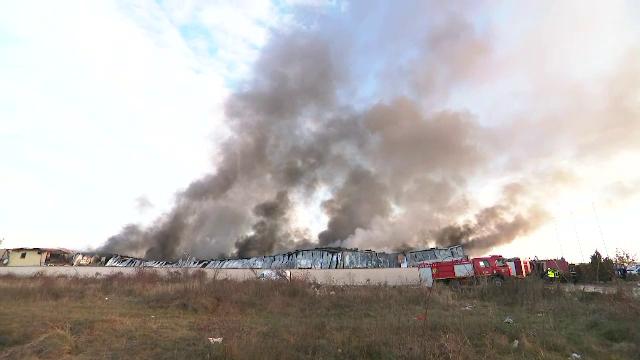 Incendiu de proporții la un depozit, lângă București. 25 de autospeciale au intervenit - Imaginea 3