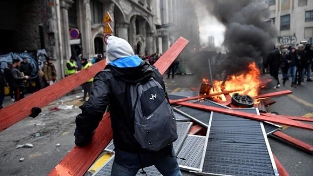 Protest violent în Paris. Vestele galbene s-au alăturat manifestanților. GALERIE FOTO - Imaginea 21