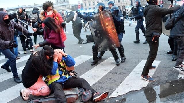 Protest violent în Paris. Vestele galbene s-au alăturat manifestanților. GALERIE FOTO - Imaginea 20