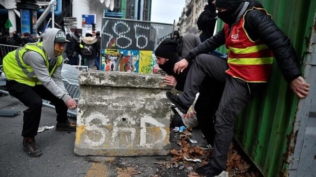Protest violent în Paris. Vestele galbene s-au alăturat manifestanților. GALERIE FOTO - Imaginea 15