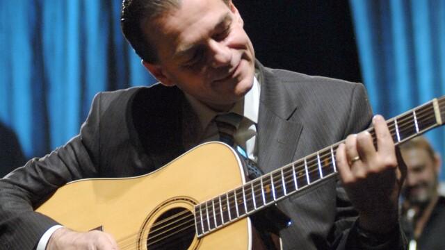 Ludovic Orban cantand la chitara