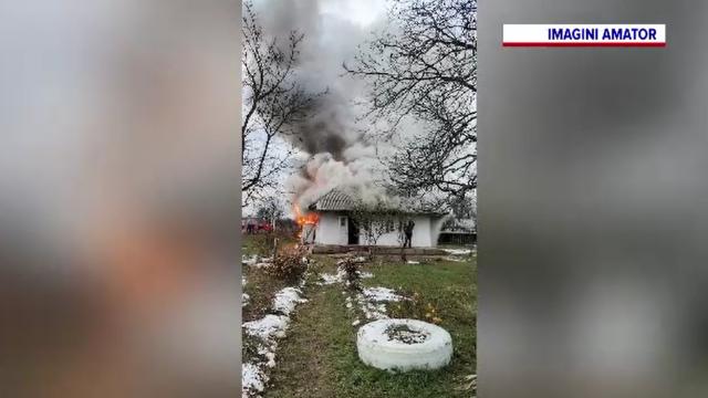 Supărat de soție, un bărbat din Neamț a dat foc la casă și și-a lăsat copiii fără adăpost