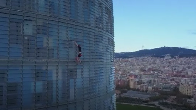 Un tânăr de 20 de ani s-a urcat pe o clădire cu 33 de etaje din Barcelona, fără echipamente de siguranță