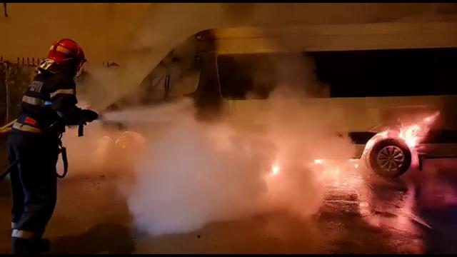 Un microbuz care trebuia să ia muncitori de la o fabrică din Pitești a luat foc. Ce s-a întâmplat