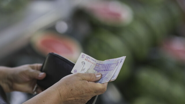 Salariul minim se mărește până la 2.300 lei din ianuarie. CCR cere Parlamentului să decidă cât crește punctul de pensie