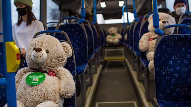 Orașul care a introdus urși uriași de pluș în transportul public. Care este motivul