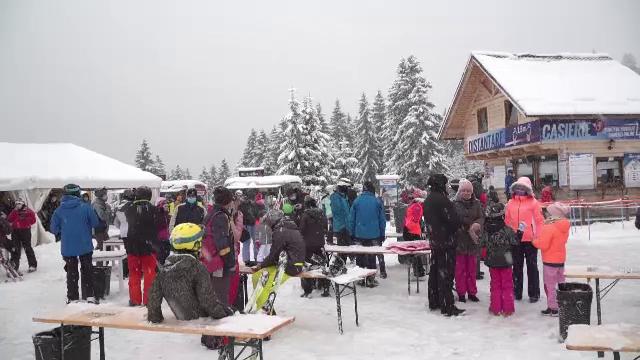 Aglomerație la munte, după ninsorile din ultimele zile. Coada de mașini spre Poiana Brașov, de 3 kilometri