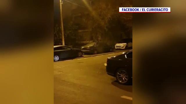 O mașină abandonată pe o stradă din Otopeni, lângă București, a fost distrusă cu petarde de doi tineri