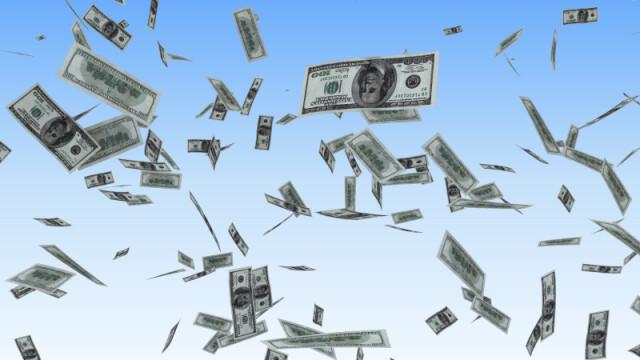 Ai nevoie de bani? In SUA, un om ii imparte pe strazi!