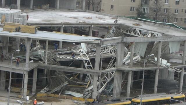 Plafon prabusit la un mall din Oradea, aflat in constructie! Un om a murit! - Imaginea 1