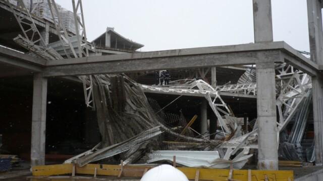 Plafon prabusit la un mall din Oradea, aflat in constructie! Un om a murit! - Imaginea 5