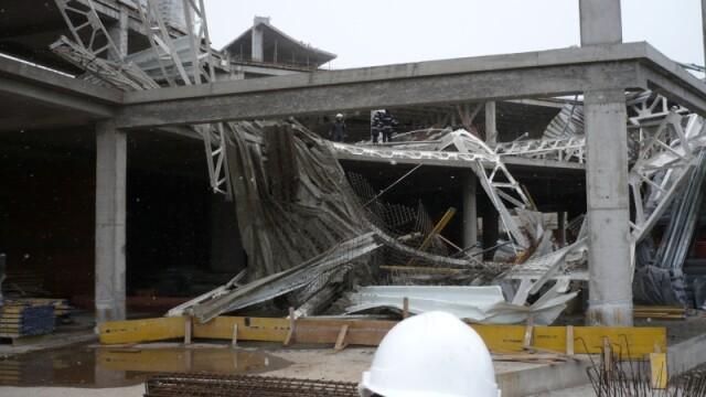 Plafon prabusit la un mall din Oradea, aflat in constructie! Un om a murit! - Imaginea 6
