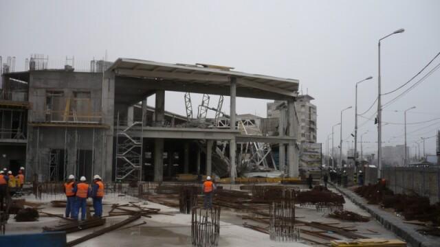 Plafon prabusit la un mall din Oradea, aflat in constructie! Un om a murit! - Imaginea 7