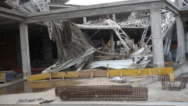 Plafon prabusit la un mall din Oradea, aflat in constructie! Un om a murit! - Imaginea 9