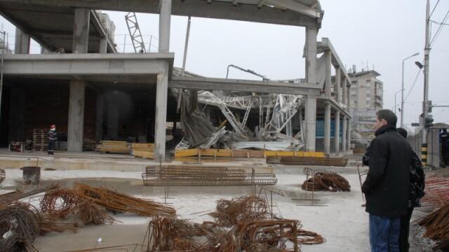 Plafon prabusit la un mall din Oradea, aflat in constructie! Un om a murit! - Imaginea 11