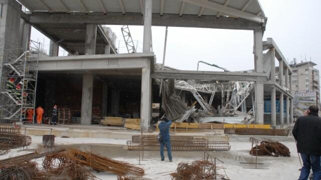 Plafon prabusit la un mall din Oradea, aflat in constructie! Un om a murit! - Imaginea 12