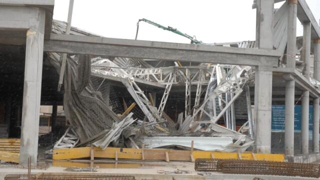Plafon prabusit la un mall din Oradea, aflat in constructie! Un om a murit! - Imaginea 14