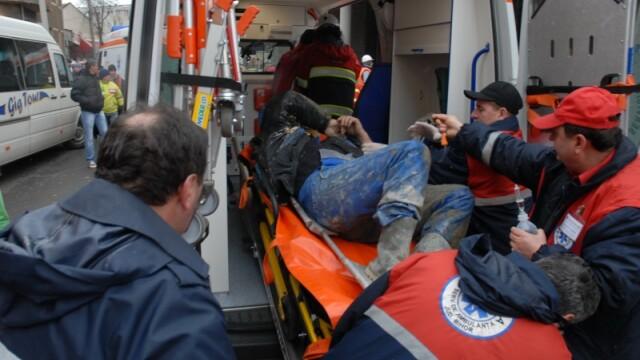 Plafon prabusit la un mall din Oradea, aflat in constructie! Un om a murit! - Imaginea 15
