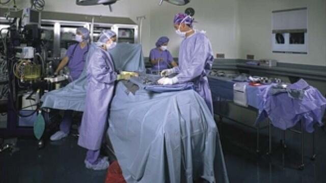 Primul transplant de rinichi intre gemeni, realizat in premiera in Romania