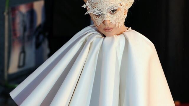 Lady GaGa, clovnul de la Brit Awards 2010! - Imaginea 3