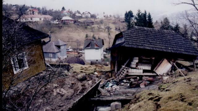 Cosmarul alunecarilor de teren in Valcea. 50 de familii, fara case
