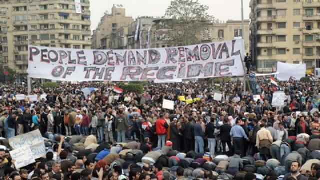 Egiptenii s-au batut cu egiptenii. Zi sangeroasa, din cauza lui Mubarak - Imaginea 4