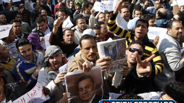 Egiptenii s-au batut cu egiptenii. Zi sangeroasa, din cauza lui Mubarak - Imaginea 2