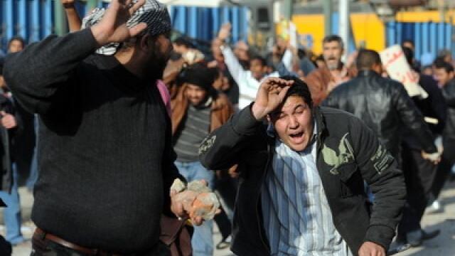 Egiptenii s-au batut cu egiptenii. Zi sangeroasa, din cauza lui Mubarak - Imaginea 20