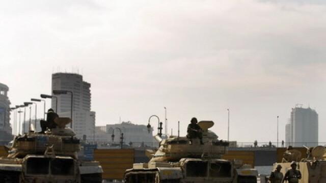 Egiptenii s-au batut cu egiptenii. Zi sangeroasa, din cauza lui Mubarak - Imaginea 19
