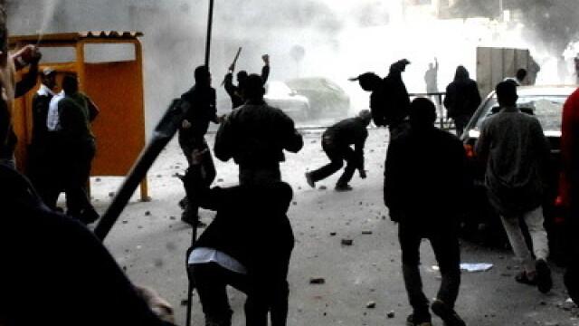 Egiptenii s-au batut cu egiptenii. Zi sangeroasa, din cauza lui Mubarak - Imaginea 18