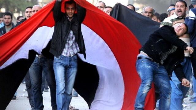Egiptenii s-au batut cu egiptenii. Zi sangeroasa, din cauza lui Mubarak - Imaginea 17