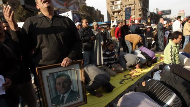 Egiptenii s-au batut cu egiptenii. Zi sangeroasa, din cauza lui Mubarak - Imaginea 10