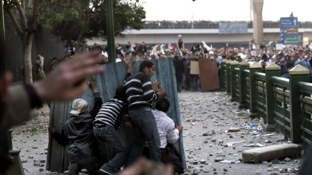 Egiptenii s-au batut cu egiptenii. Zi sangeroasa, din cauza lui Mubarak - Imaginea 11