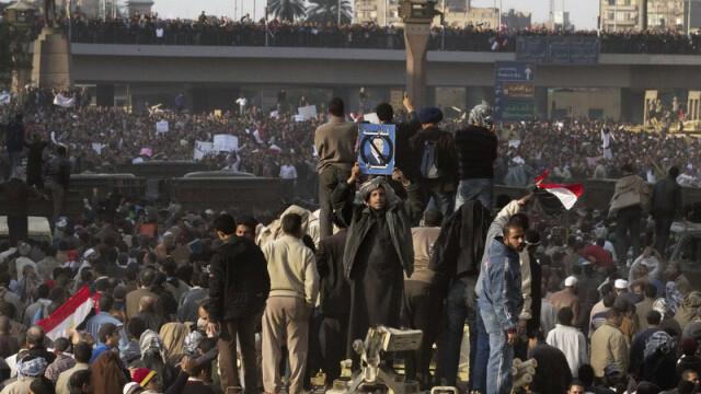 Egiptenii s-au batut cu egiptenii. Zi sangeroasa, din cauza lui Mubarak - Imaginea 12