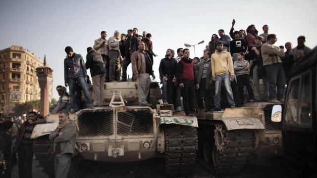 Egiptenii s-au batut cu egiptenii. Zi sangeroasa, din cauza lui Mubarak - Imaginea 14