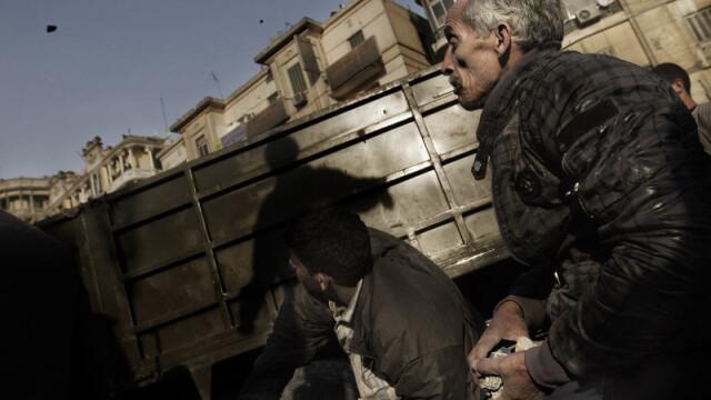 Egiptenii s-au batut cu egiptenii. Zi sangeroasa, din cauza lui Mubarak - Imaginea 16