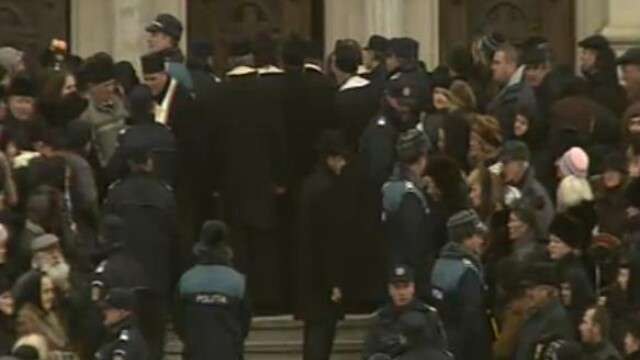 Mii de oameni au participat la inmormantarea IPS Bartolomeu Anania. Video - Imaginea 12
