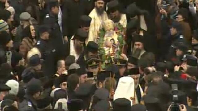Mii de oameni au participat la inmormantarea IPS Bartolomeu Anania. Video - Imaginea 3
