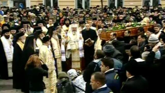 Mii de oameni au participat la inmormantarea IPS Bartolomeu Anania. Video - Imaginea 8