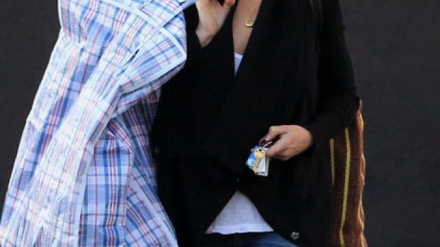 Julia Roberts si-a luat geanta a la Bucur Obor: plasa de rafie. FOTO - Imaginea 1
