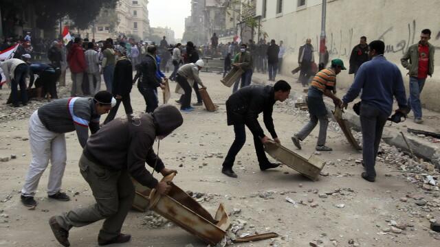 Egiptul este din nou in haos. Doi oameni au murit, iar 1400 sunt raniti, in urma protestelor