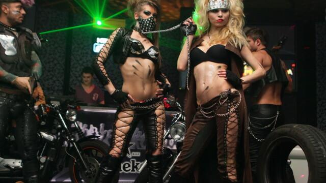 Pantaloni de piele, lanturi si motociclete. Vezi GALERIE FOTO de la o noapte de senzatie in club - Imaginea 1